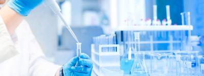 farmaceutico-trabajando-en-un-laboratorio-